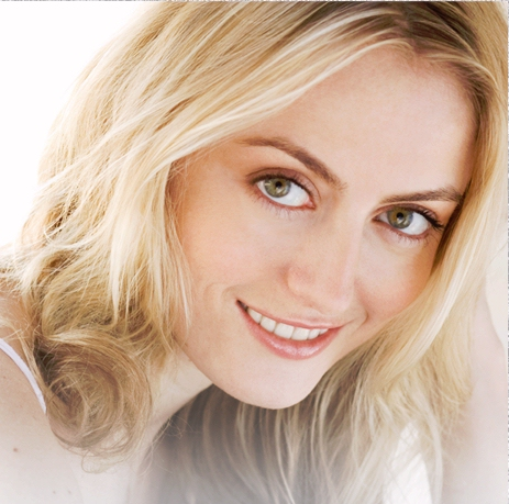 Amy Rutberg, the blonde girl actress in the Kindle commercial